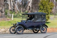 1915年驾驶在乡下公路的福特式样T游览车 免版税库存图片
