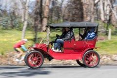 1911年驾驶在乡下公路的福特式样T游览车 库存图片