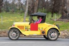 1927年驾驶在乡下公路的福特式样T跑车 免版税库存照片