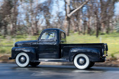 1949年驾驶在乡下公路的福特F1公共事业 免版税库存照片
