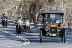 1913年驾驶在乡下公路的福特T游览车 免版税库存照片