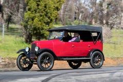 1922年驾驶在乡下公路的菲亚特501游览车 免版税库存照片