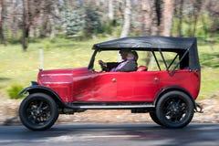 1922年驾驶在乡下公路的菲亚特501游览车 库存图片