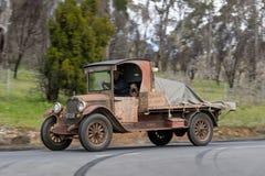 1927年驾驶在乡下公路的薛佛列公共卡车 库存照片