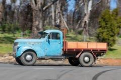 1946年驾驶在乡下公路的薛佛列1421卡车 库存照片