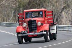 1939年驾驶在乡下公路的金刚石T 404H卡车 免版税图库摄影
