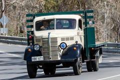 1946年驾驶在乡下公路的贝得福得KM卡车 库存照片