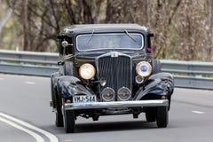1933年驾驶在乡下公路的Hupmobile K轿车 免版税库存图片