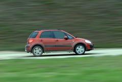 驾驶在乡下公路的Suv 免版税库存图片