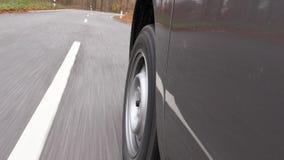 驾驶在乡下公路通过森林-低角度视图 影视素材