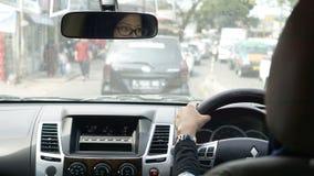 驾驶在交通堵塞的回教亚裔妇女一辆汽车 库存图片