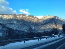 驾驶在冬天情况 图库摄影