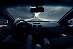 驾驶在冬天路的一辆汽车 库存照片