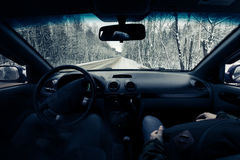驾驶在冬天路的一辆汽车 免版税图库摄影
