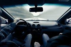 驾驶在冬天路的一辆汽车 免版税库存图片