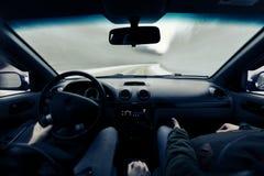 驾驶在冬天路的一辆汽车 图库摄影