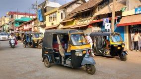 驾驶在印地安街道的马达人力车 免版税库存照片