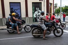 驾驶在圣地亚哥街道的摩托车  等待在红绿灯 库存照片