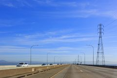 驾驶在圣马特奥桥梁 免版税库存照片