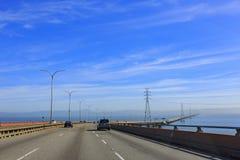 驾驶在圣马特奥桥梁 库存图片
