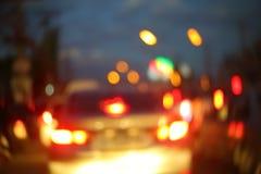 驾驶在城市夜街道路的汽车红绿灯  免版税库存图片