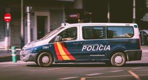 驾驶在城市的大道的西班牙警车 库存图片
