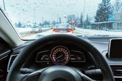 驾驶在多雪的天气的一辆汽车 库存图片