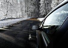 驾驶在多雪,冬天路 库存图片