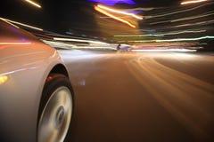 驾驶在夜城市 免版税库存图片
