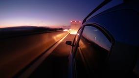 驾驶在夜高速公路timelapse 从外部汽车客舱的看法 股票录像