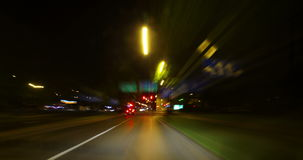 驾驶在夜间流逝之前的城市 股票视频