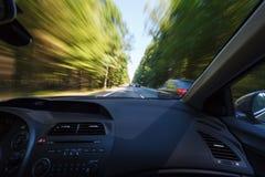 驾驶在好天气情况期间,追上 库存图片