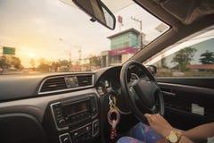 驾驶在宽归档的汽车 免版税库存照片