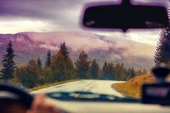 驾驶在山路的一辆汽车 免版税库存照片
