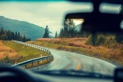 驾驶在山路的一辆汽车 免版税库存图片