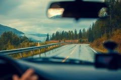 驾驶在山路的一辆汽车 图库摄影