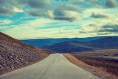 驾驶在山路的一辆汽车 库存图片