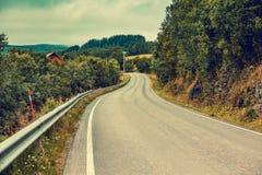 驾驶在山路的一辆汽车 库存照片