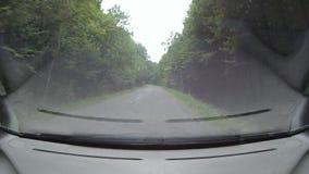 驾驶在山路的一辆汽车 股票录像