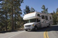 驾驶在山路的RV 免版税图库摄影