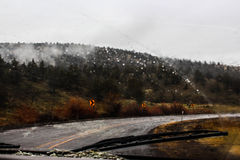 驾驶在山雨中 库存照片