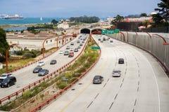 驾驶在往街市旧金山的高速公路 库存图片
