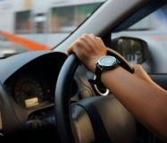 驾驶在微明和交通堵塞下的夫人在城市 免版税库存照片