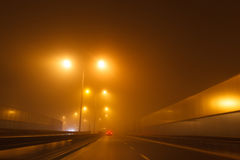 驾驶在恶劣天气情况的一辆汽车 免版税库存图片