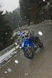 驾驶在恶劣天气的一辆摩托车 免版税库存图片