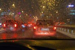 驾驶在恶劣天气的一辆汽车,在交通堵塞 库存照片
