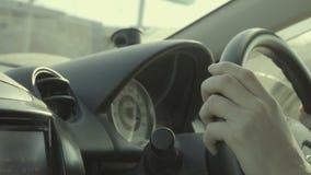 驾驶在慢动作的年轻人汽车 关闭手和仪表板 股票视频