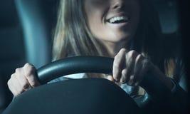 驾驶在晚上的妇女 免版税库存照片