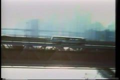 驾驶在曼哈顿桥梁,纽约的公共汽车 股票录像