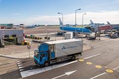 驾驶在机场疆土的卡车 免版税库存照片